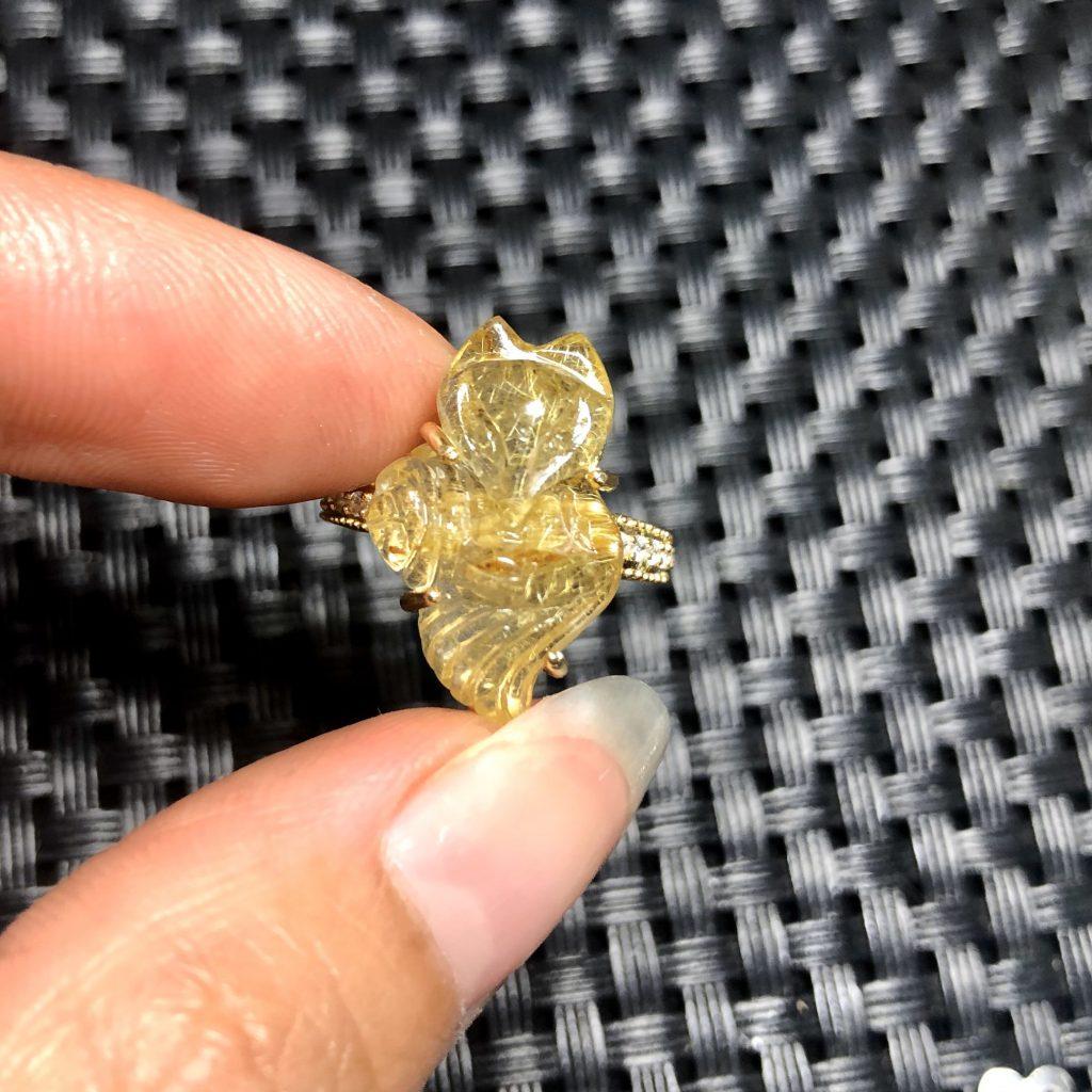 Nhẫn Đá Hồ Ly Thạch Anh Tóc Vàng – Dáng Đuôi Thả
